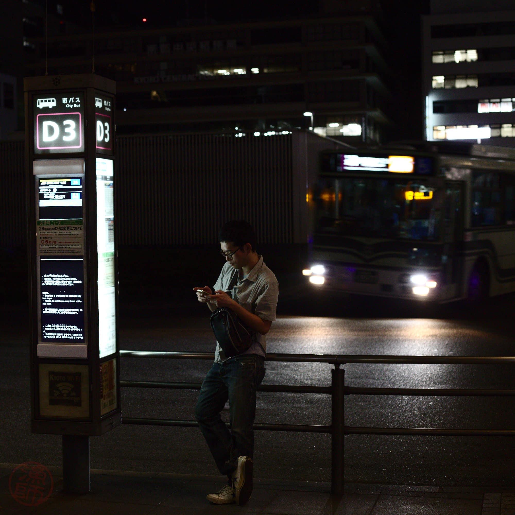 Életkép, a jóember vár a buszra